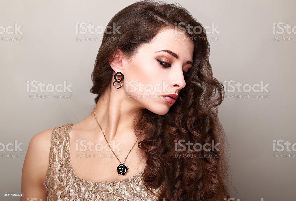 bella mujer con maquillaje pelo rizado largo brillante hembra de perfil foto de stock libre