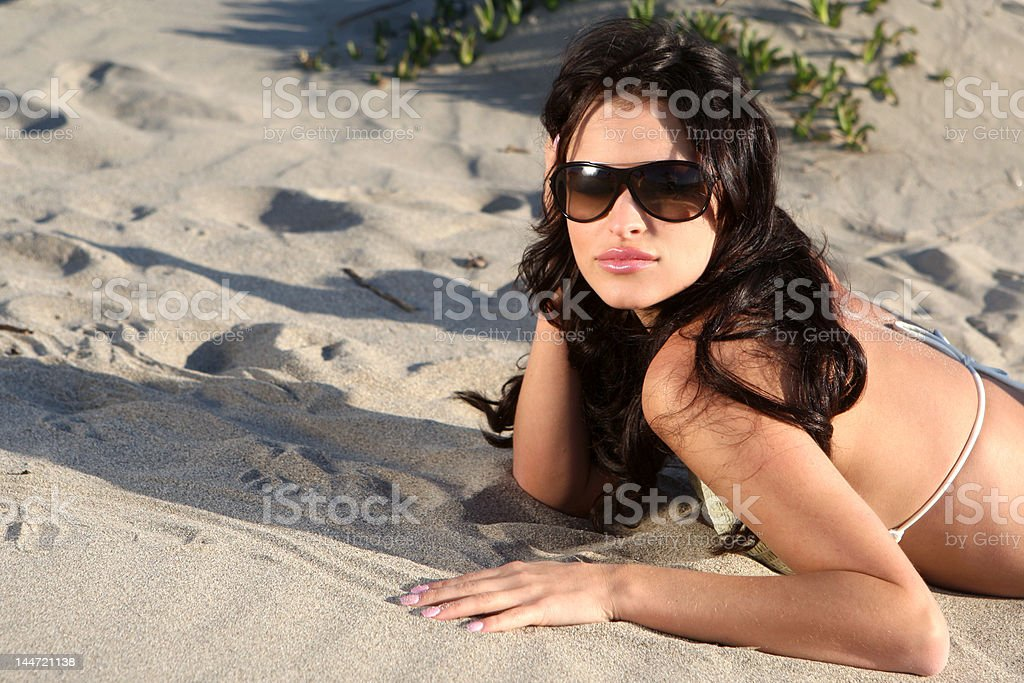 Hermosa modelo en la playa foto de stock libre de derechos