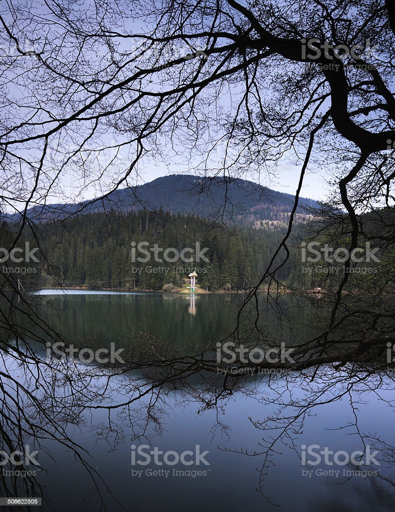 Hermoso lago de montaña Sinevir.  Bastidor foto de stock libre de derechos
