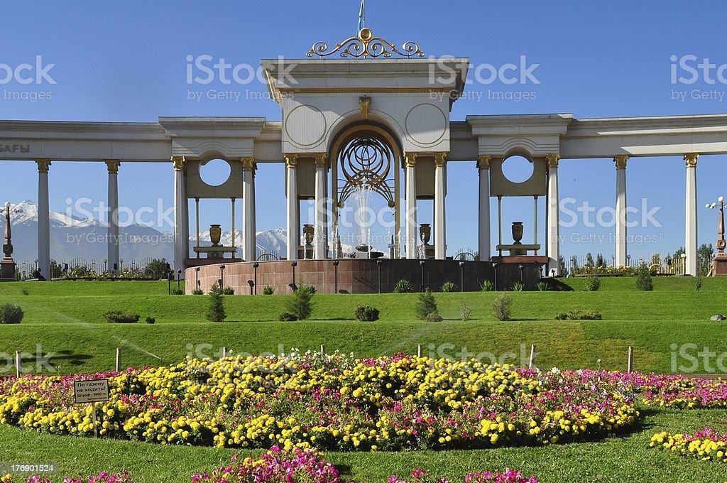 Piękny park i góry w słoneczny dzień zbiór zdjęć royalty-free