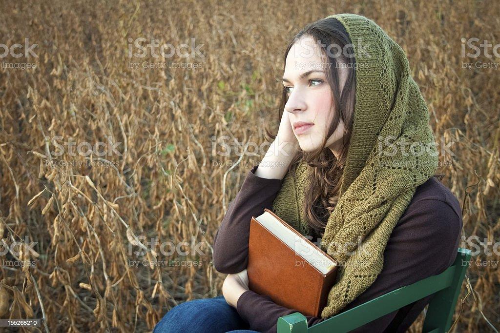카메라를 향해 미소 짓는 생각에 잠긴 아름다운 젊은 여성, 성경 royalty-free 스톡 사진