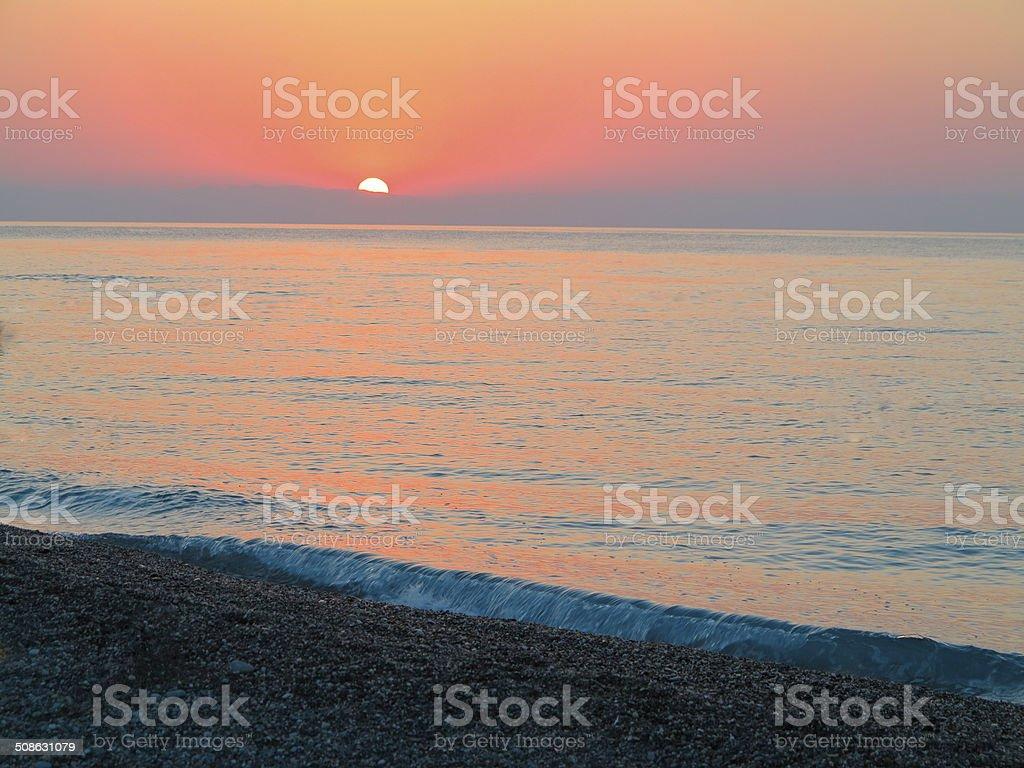 Bela vermelho pôr do sol sobre o mar foto de stock royalty-free