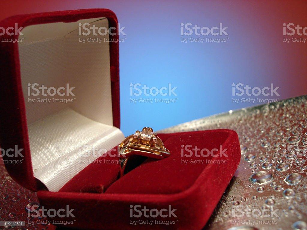 Bela anel na caixa no fundo azul e prata foto de stock royalty-free