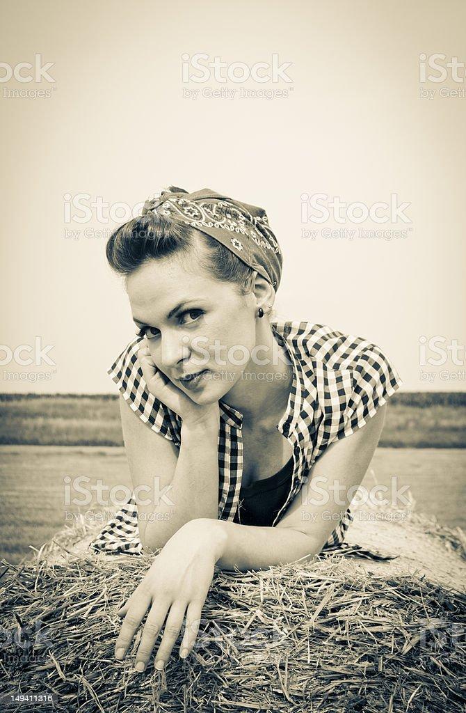 아름다운 로커빌리 여자아이 on hay 베일 royalty-free 스톡 사진