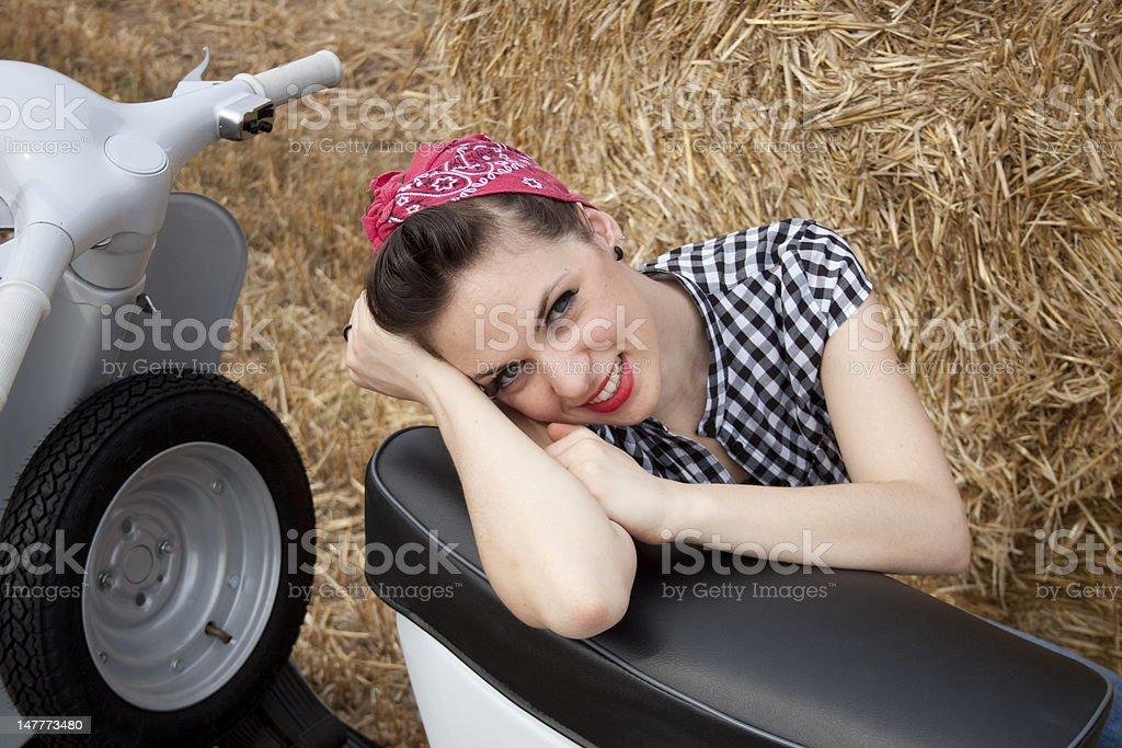 아름다운 로커빌리 여자아이, 레트로 스쿠터 필드에 royalty-free 스톡 사진