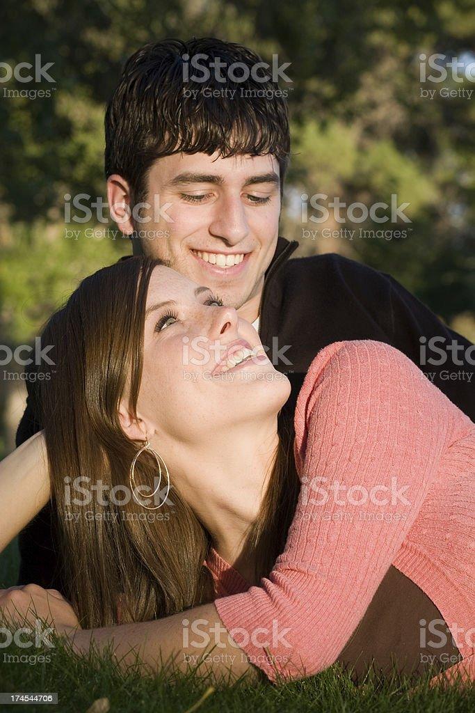 Schöne romantische Paar im Park gekleidet Casual – Foto