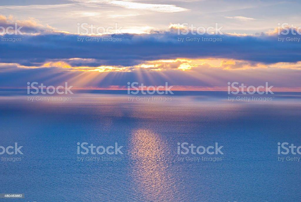 Beau paysage avec des nuages et des rayons du soleil photo libre de droits