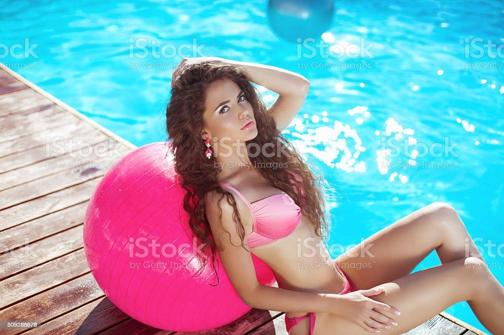 фото модель в розовом бикини фото