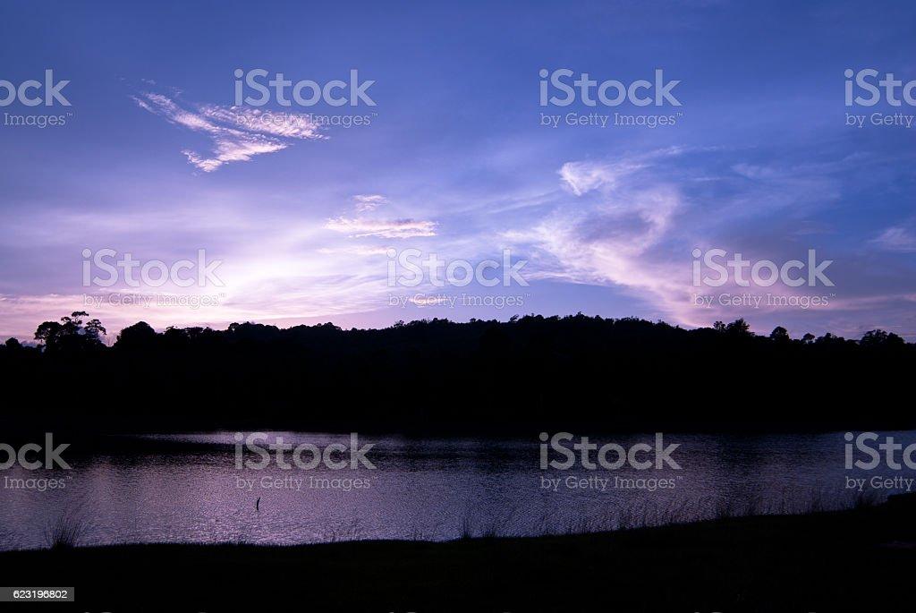 Piękne niebo Krajobraz z zachód słońca nad brzeg rzeki zbiór zdjęć royalty-free
