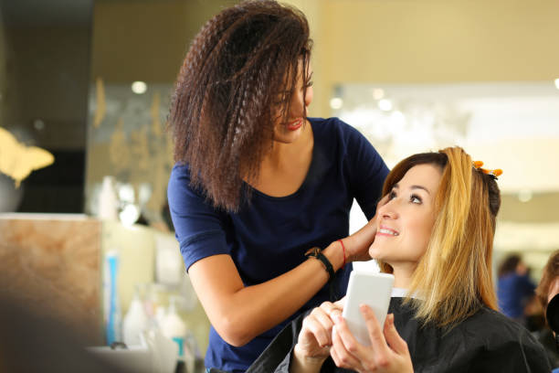 Resultado de imagen de mujer entrando en salon belleza con telefono