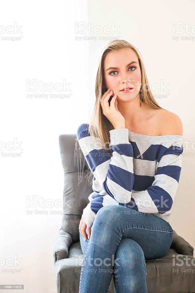 Женщина сидит на стуле скрестив ноги видео фото 627-865