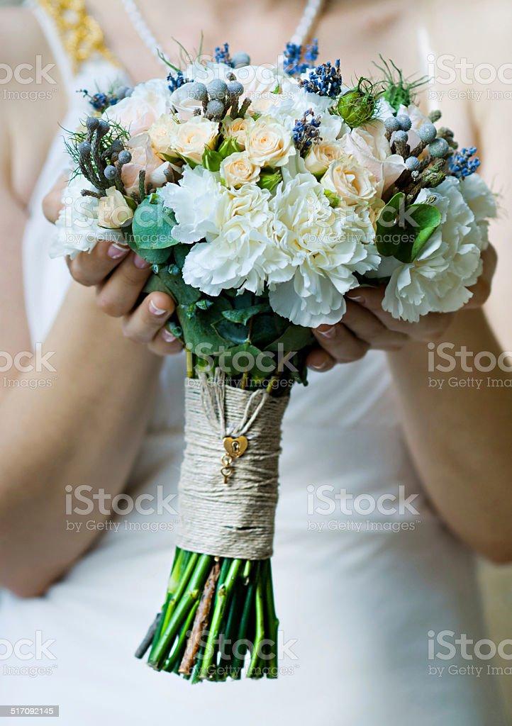 Beau bouquet de mariée dans les mains de la mariée (Flouté) photo libre de droits