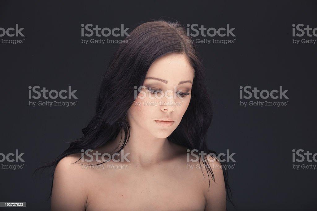 Schöne Frau Gesicht und Schultern über dunklem Hintergrund Lizenzfreies stock-foto
