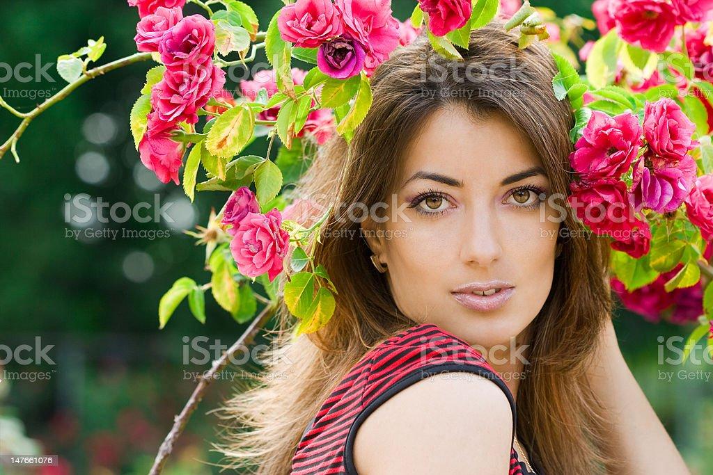 Mulher bonita com rosas no jardim foto de stock royalty-free