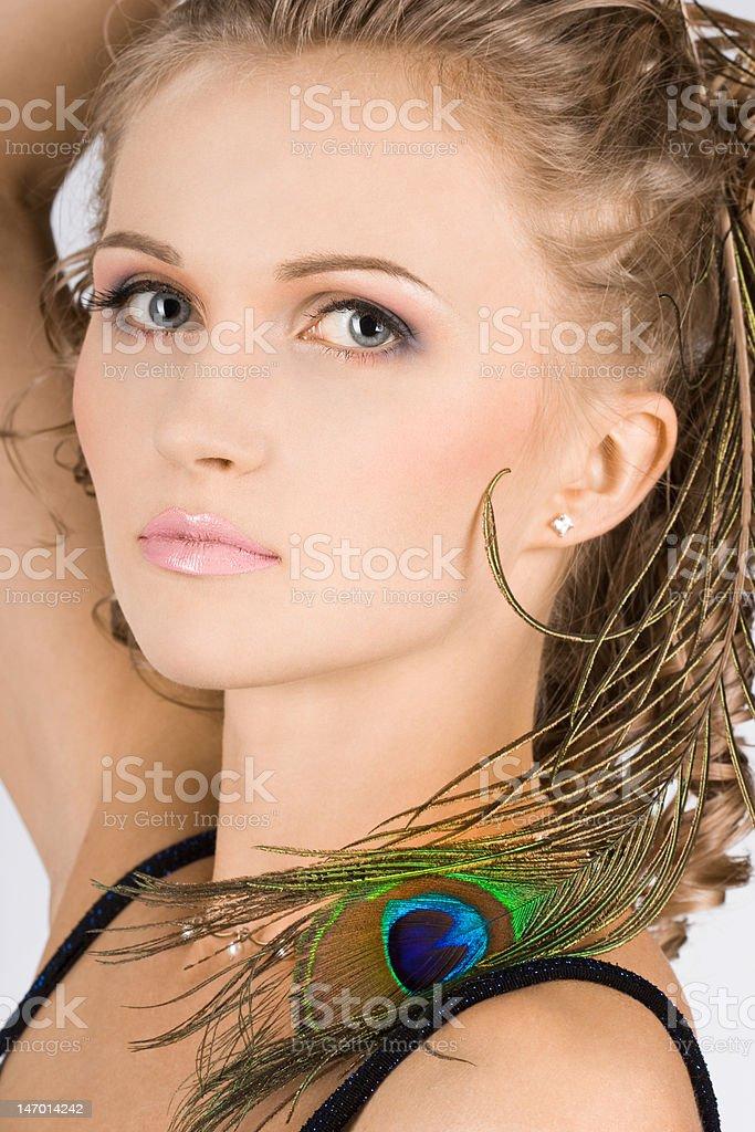Linda mulher com olho de penas pavão foto de stock royalty-free