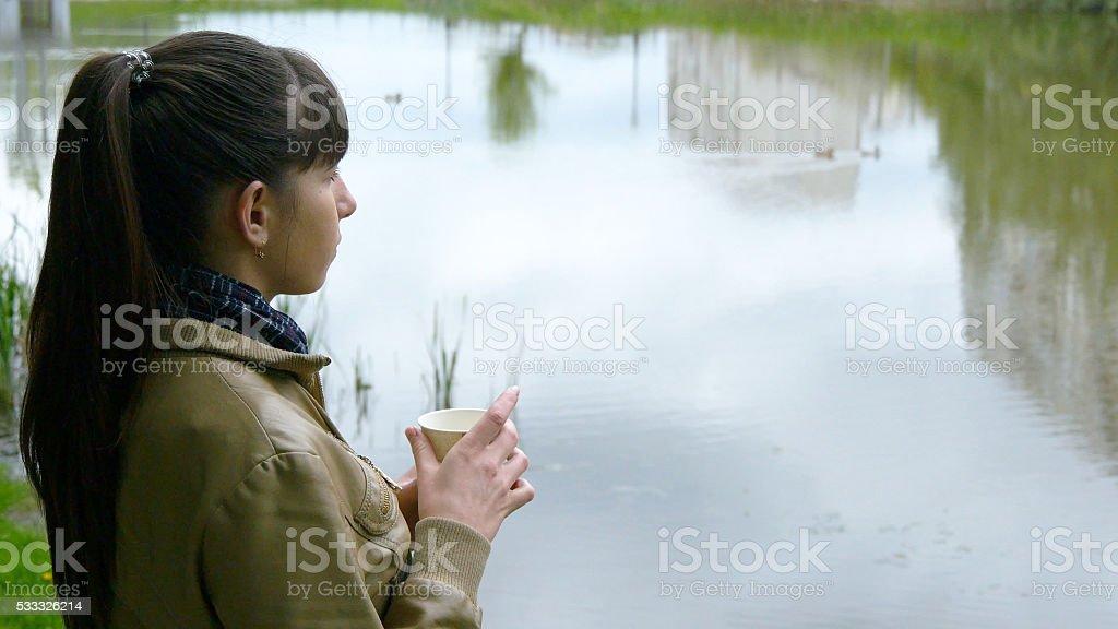 Hermosa joven se encuentra en la orilla de los foto de stock libre de derechos