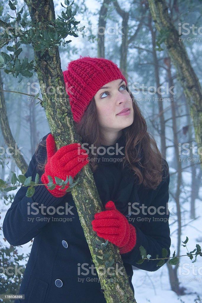 아름다운 젊은 여성 루킹 바라요 겨울 임산 배경기술 royalty-free 스톡 사진