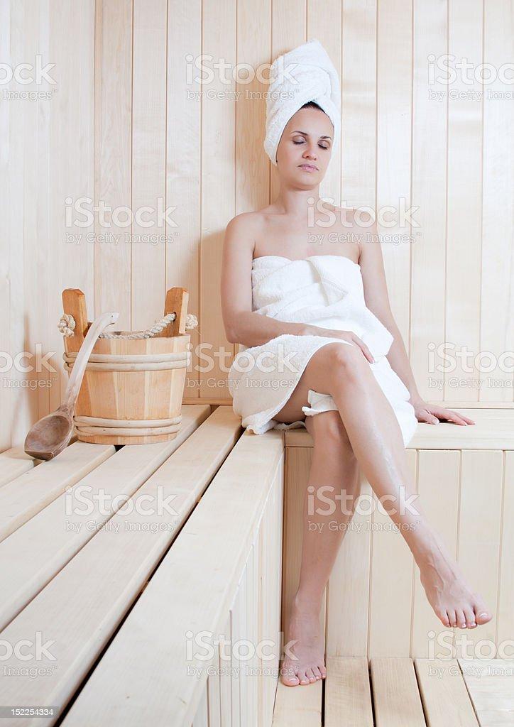 Schöne Junge Frau Entspannung in der finnischen sauna Lizenzfreies stock-foto