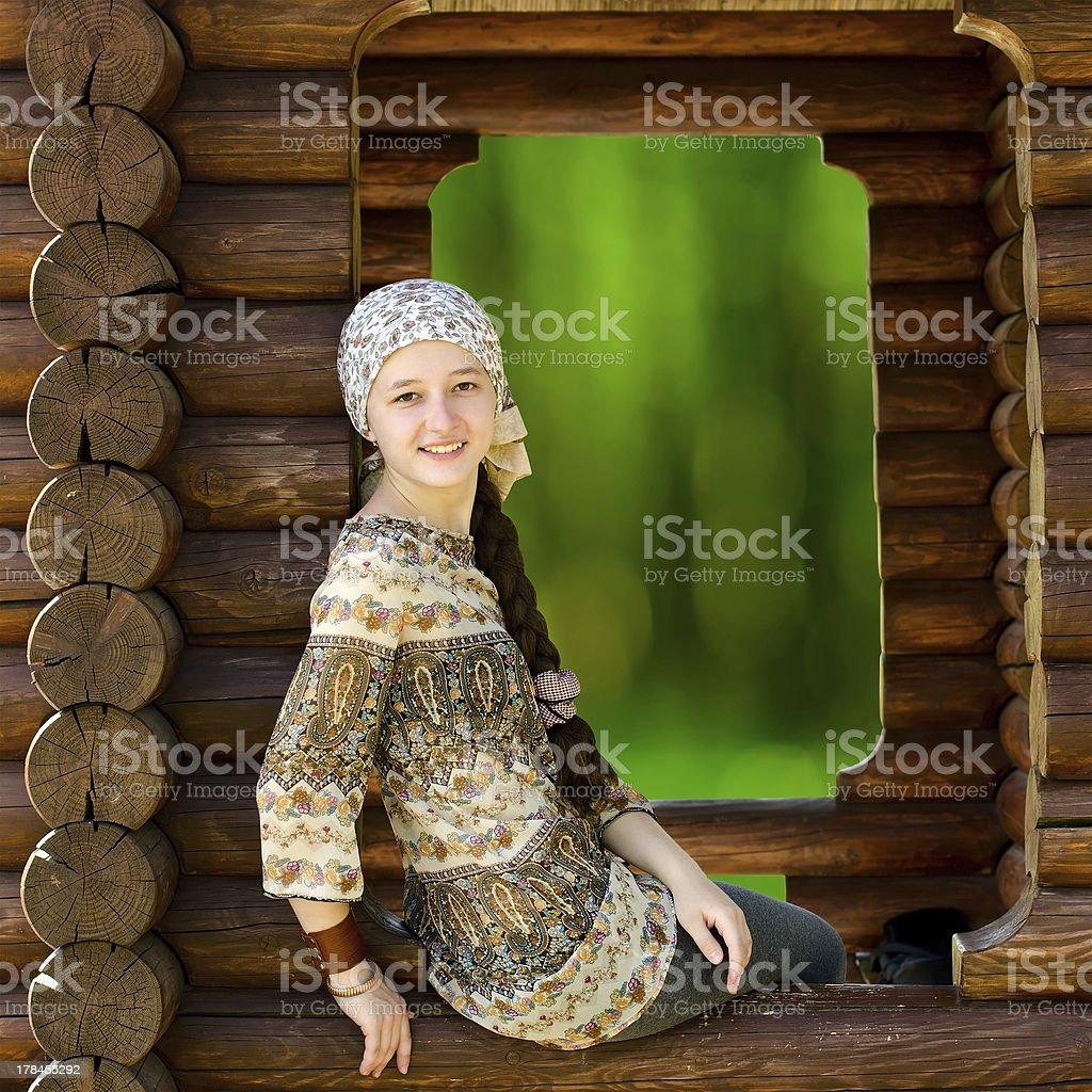 Belle jeune femme assise dans la forêt house photo libre de droits