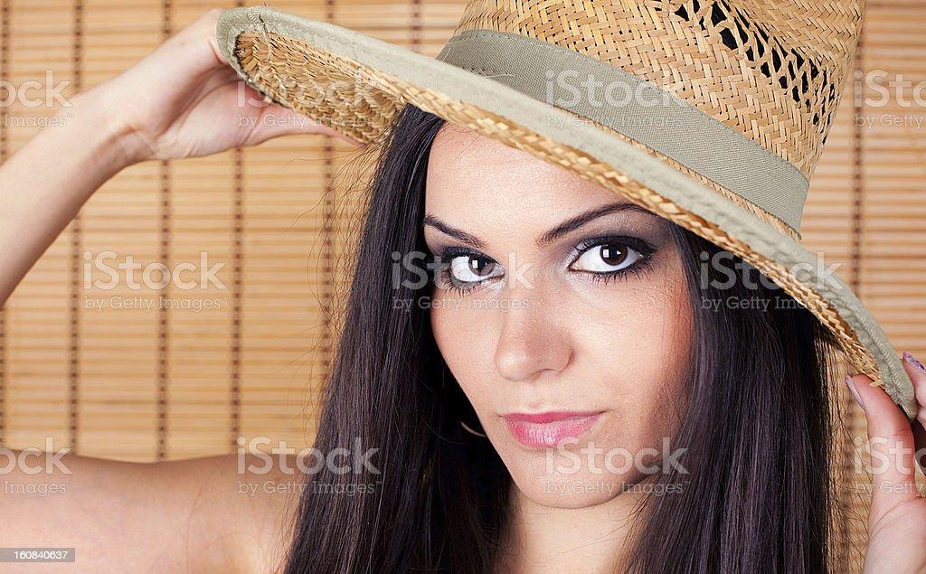 Hermosa mujer joven usando un sombrero de vaquero foto de stock libre de derechos