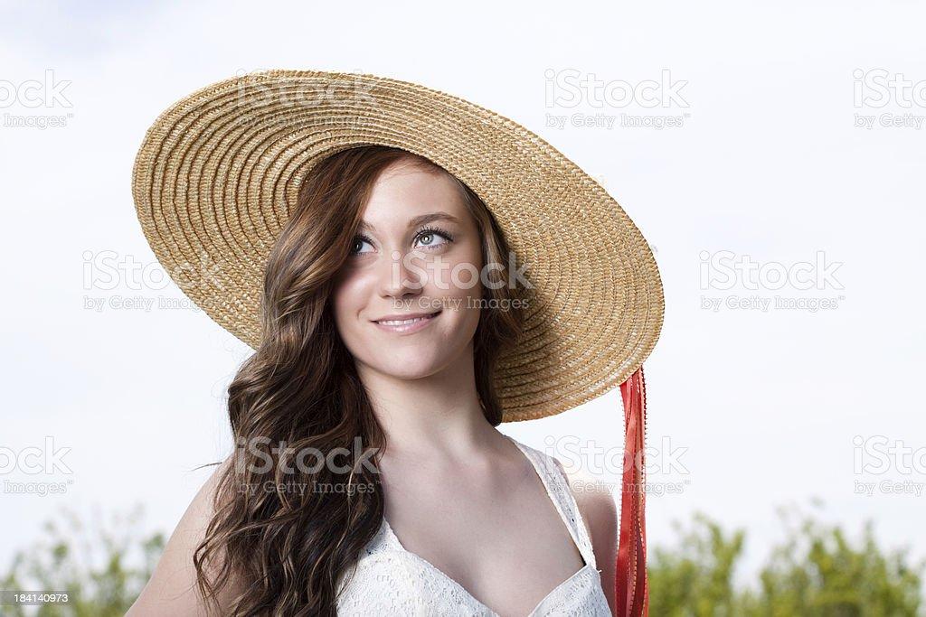 Schöne junge Frau, die Sommer Hut im Freien – Foto