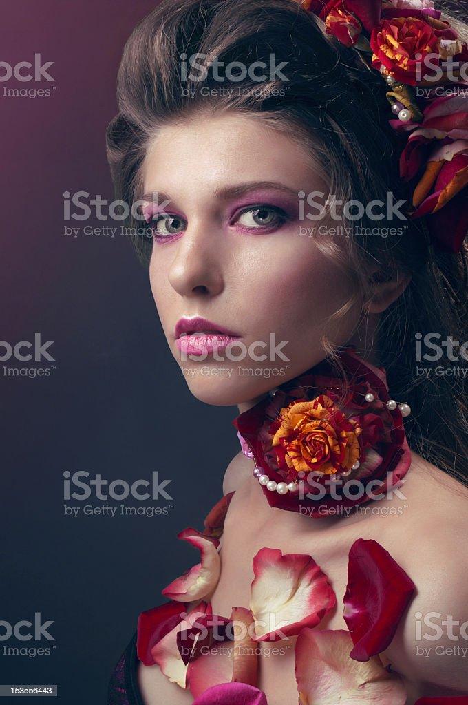 Retrato de belleza con pétalos de rosas y rojo foto de stock libre de derechos