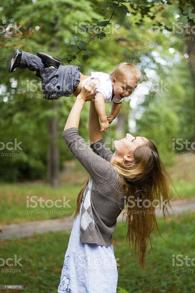 Belleza joven madre con su hijo foto de stock libre de derechos