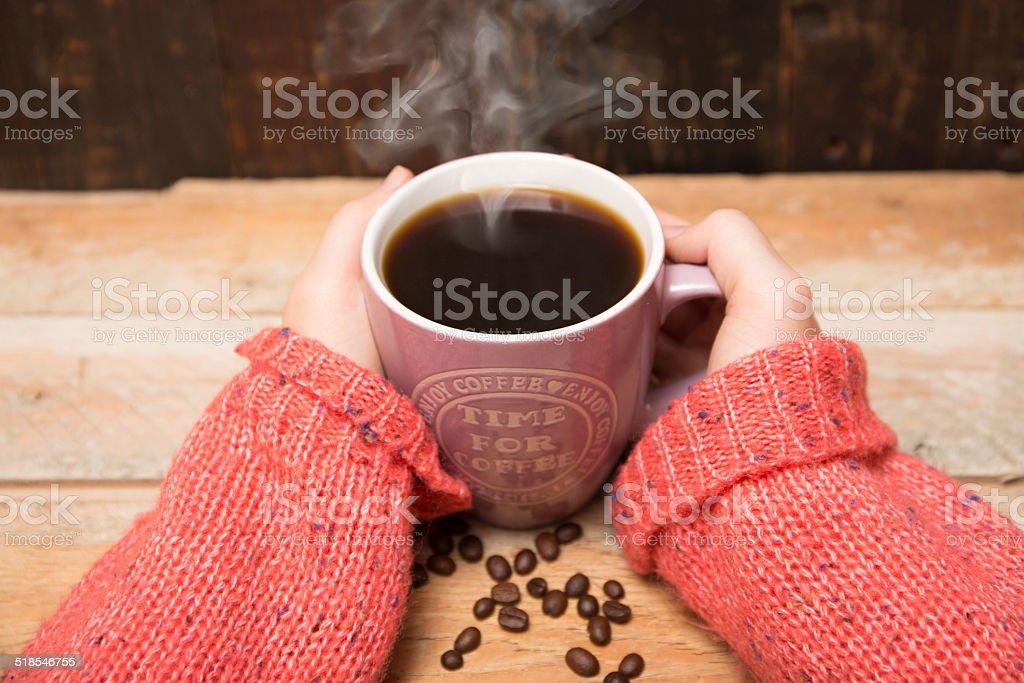 Becher Kaffee mit Kaffeebohnen stock photo
