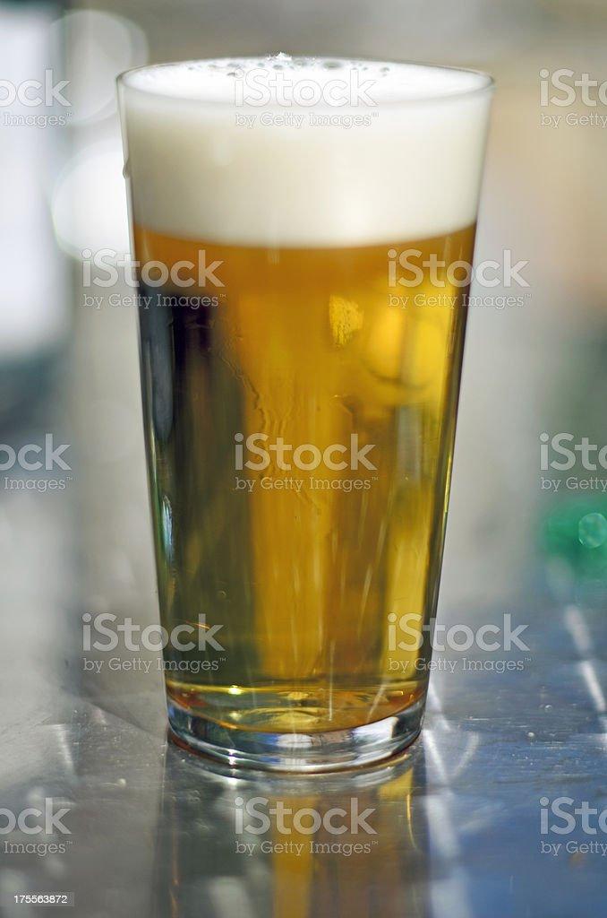 Verre à bière sur blackground argent photo libre de droits