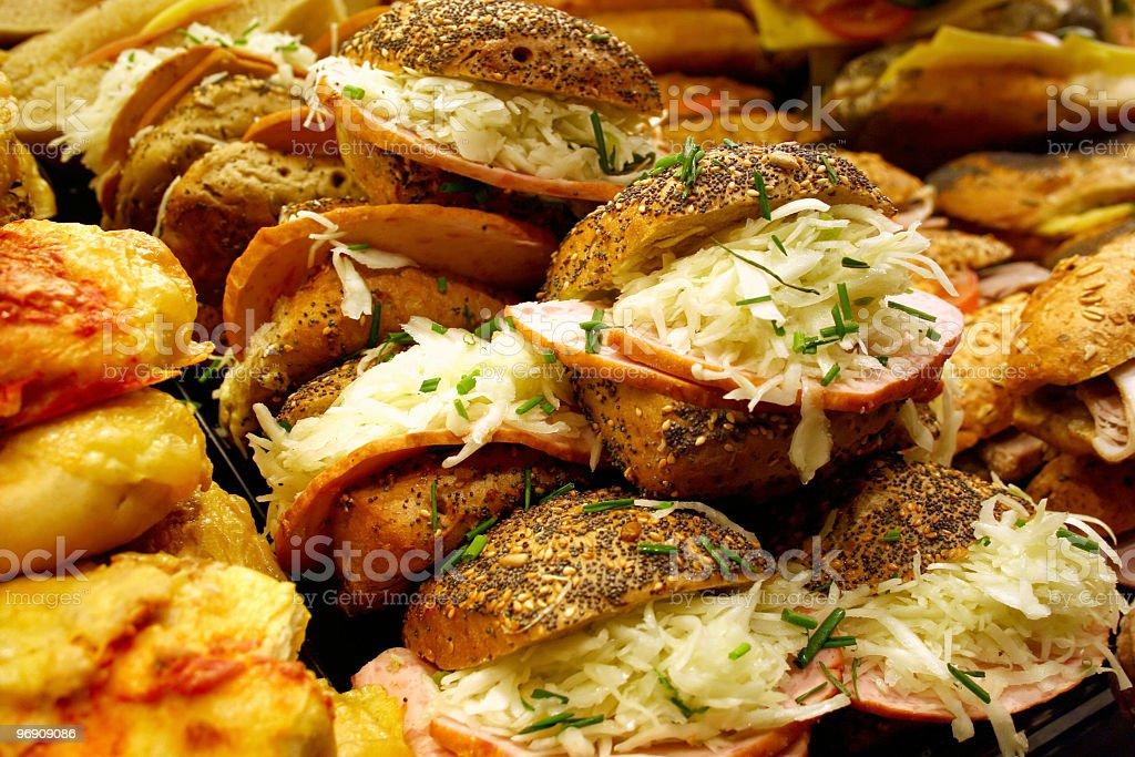 Belegte Brötchen mit Kraut und Schinkenwurst stock photo
