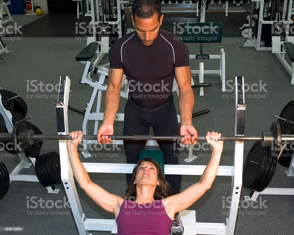 Panca allenamento con Personal Trainer foto stock royalty-free
