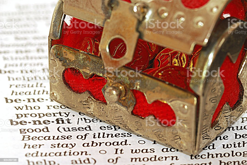 benefit definition in dictionary - Schatztruhe mit Gold royalty-free stock photo