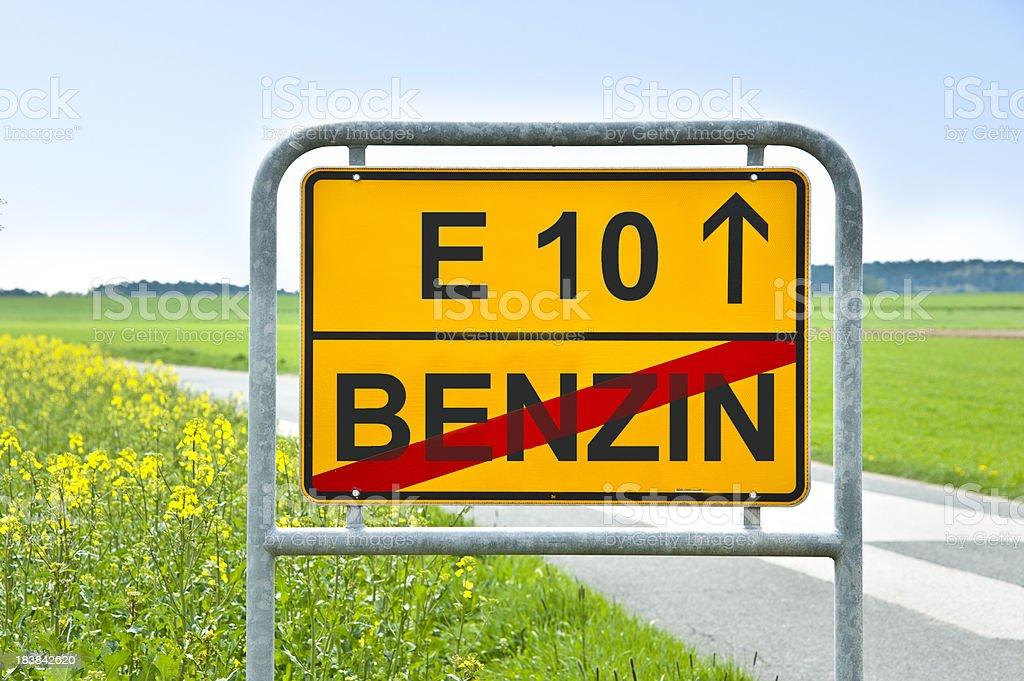 E10 benzin auf Ortsschild vor Rapsfeld stock photo