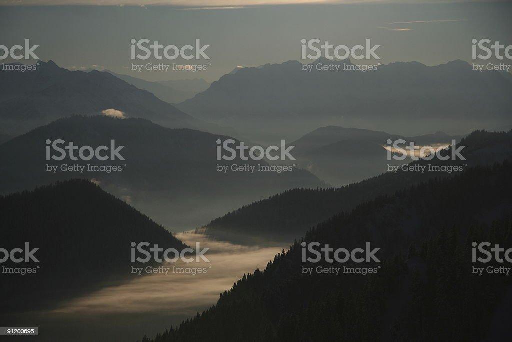 berge im nebel stock photo