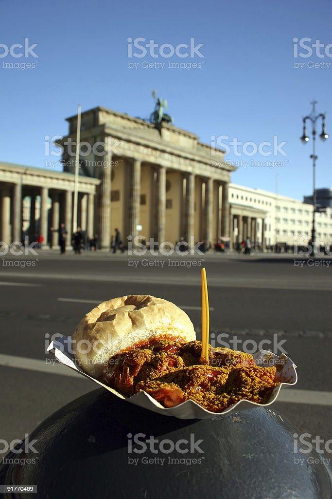 Berliner Currywurst und Brandenburger Tor - zwei deutsche Wahrzeichen royalty-free stock photo