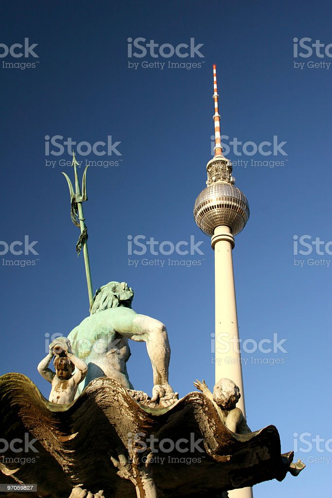 Berliner Fernsehturm mit Neptunbrunnen royalty-free stock photo