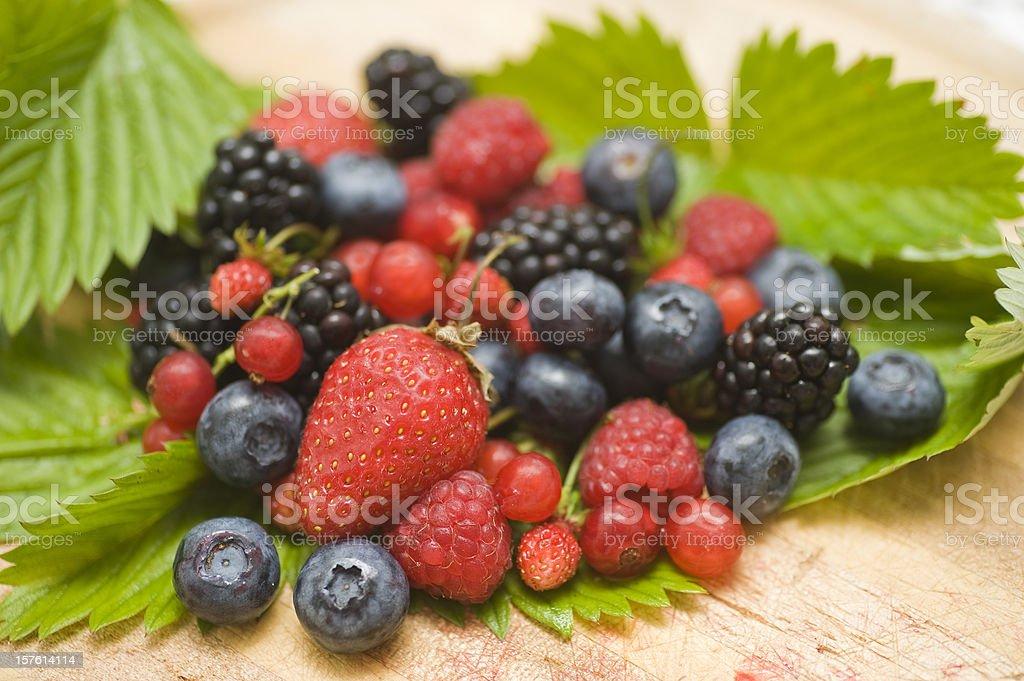 berry fruits mit Blaubeeren, Himbeeren, Erdbeeren, Brombeeren und Walderdbeeren stock photo