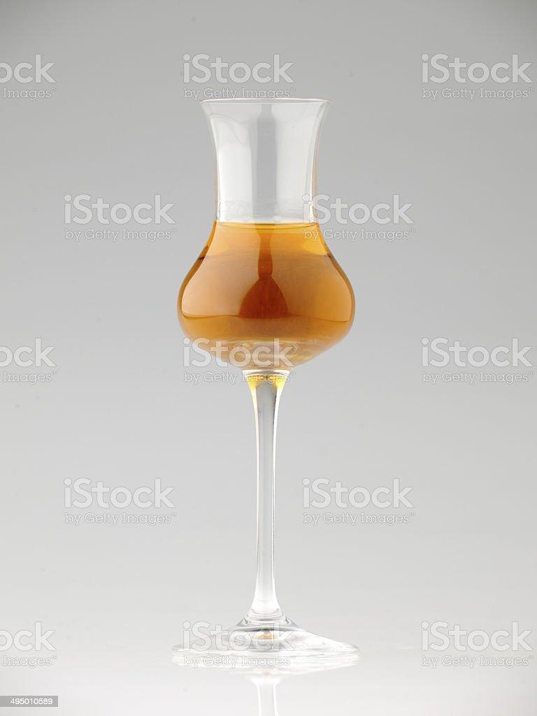 bicchiere di vino santo su sfondo neutro specchiato stock photo