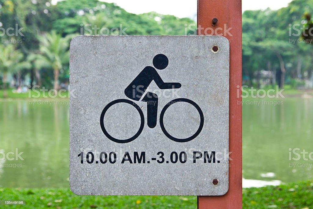 Consentono di bicicletta nel parco foto stock royalty-free