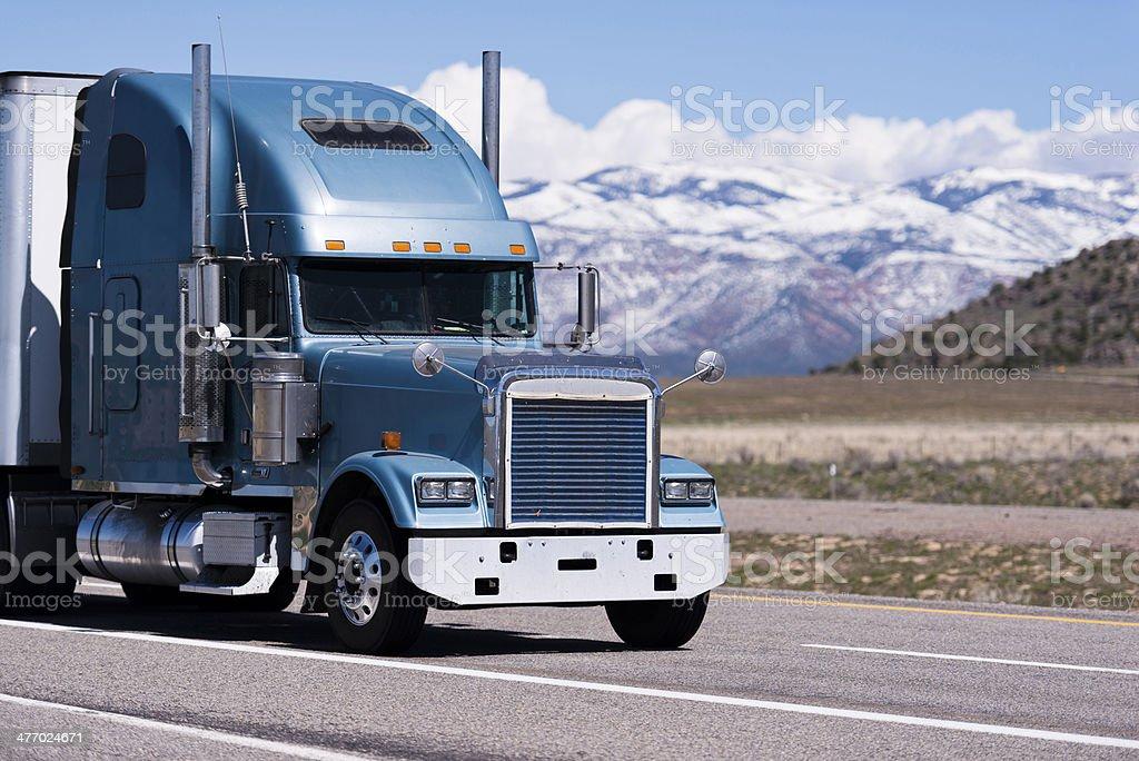 Grande classico camion semi su sfondo di montagne foto stock royalty-free