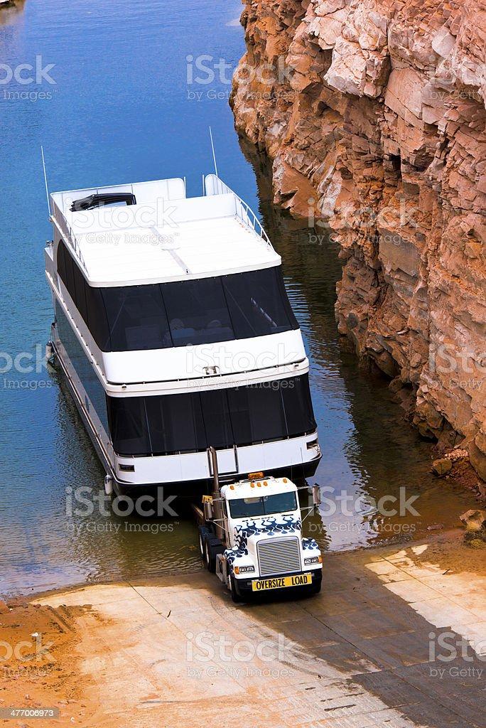 Grande classico semi-camion prendete la barca offerta dal lago foto stock royalty-free