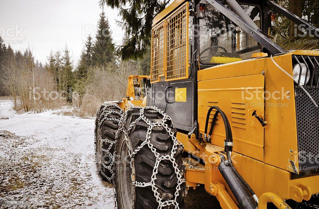 Große forest Fahrzeug mit Schnee Ketten auf Rädern Lizenzfreies stock-foto