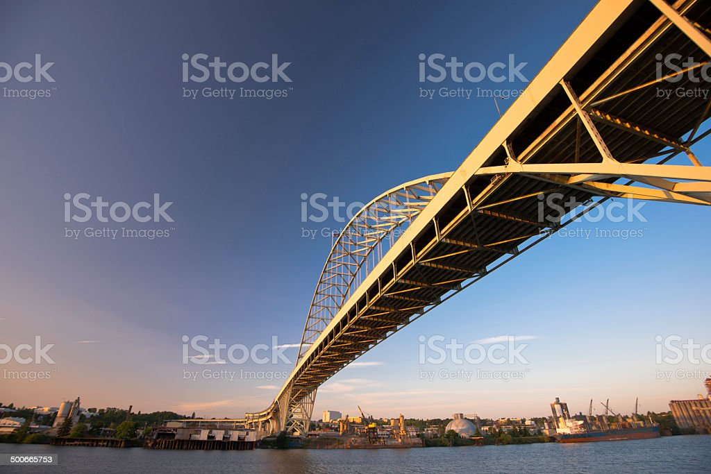 Grande Ponte ad arco in metallo lungo il fiume Willamette foto stock royalty-free
