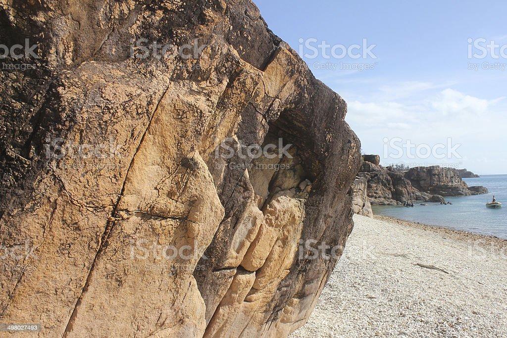 Big rock a little bote foto de stock libre de derechos