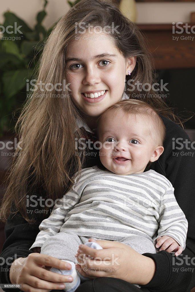 Big сестра держит ребенок brother Стоковые фото Стоковая фотография