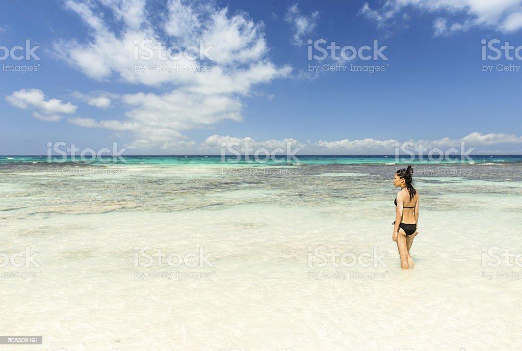 Bikini Mädchen stehen in klaren tropischen Wasser Lizenzfreies stock-foto