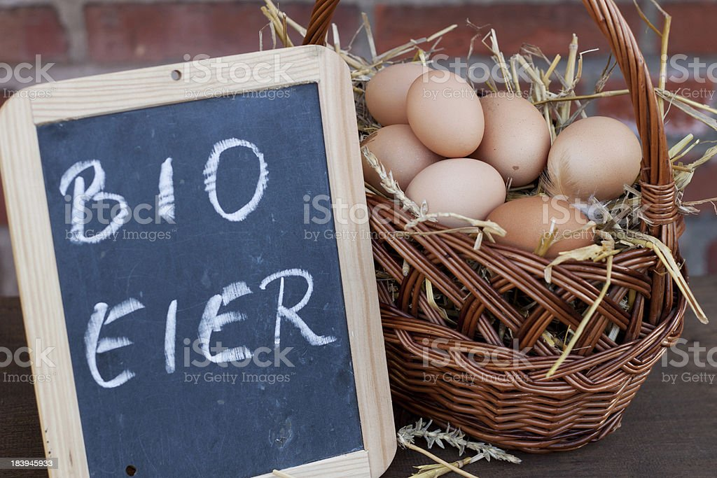 bio eier im weidenkorb royalty-free stock photo