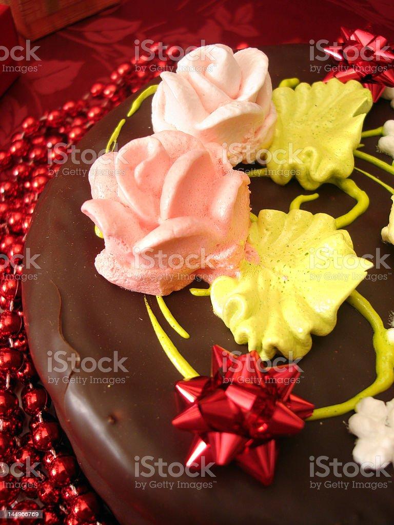 Bolo de aniversário com flores sobre Fundo vermelho foto de stock royalty-free