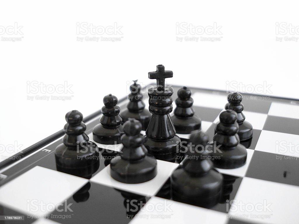 Rei preto Xadrez-se sobre um tabuleiro com dados foto de stock royalty-free
