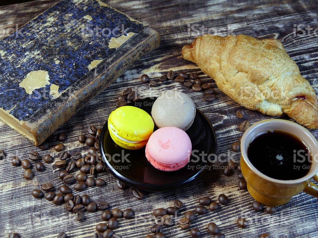 Café negro y multicolor Macarone sobre fondo Vintage foto de stock libre de derechos